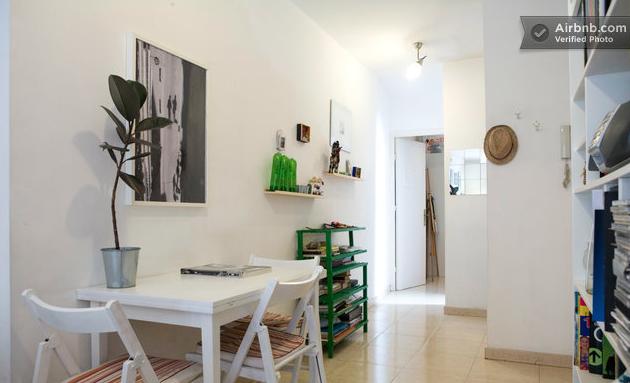 Rehab departamento en Barcelona.  Este pequeño departamento en Barcelona, sólo necesitó pintura blanca en paredes, techo y mobiliario, con algún toque de color y vegetación, para ganar luz y trasmitir una sensación de mayor amplitud.